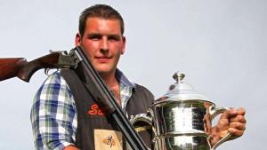 Sam Green, le meilleur tireur aux clays, avec son trophée.